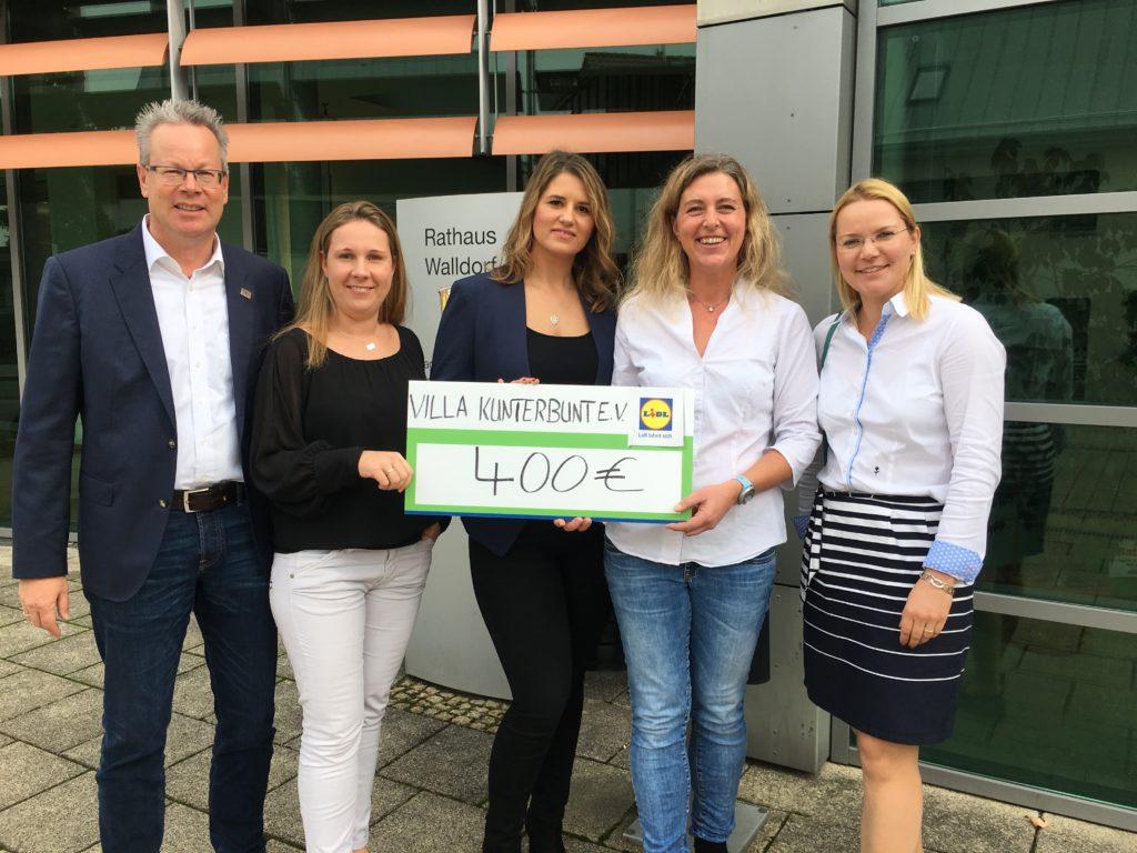 Burkhard Ziegler, Sandra Treichel, Sarah Cezanne, Stephanie Poth und Marianne Tiller bei der Spendenübergabe vor dem Walldorf Rathaus (von links)